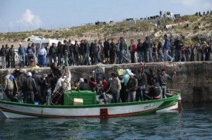 Lampedusa, nuovi sbarchi e allarme epidemia. Ecco il video