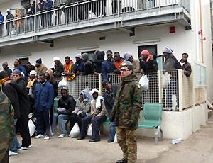 Lampedusa, la rivolta degli isolani, bloccato il porto