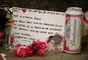 Amy Winehouse è stata cremata, cause della morte ancora ignote