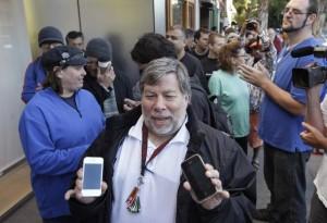 iPhone 4S, cofondatore Apple in fila in omaggio a Steve Jobs