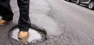 Catania: buche-killer in città, crateri pieni d'acqua