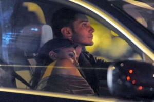 Belen Rodriguez e Stefano De Martino abbracciati in macchina