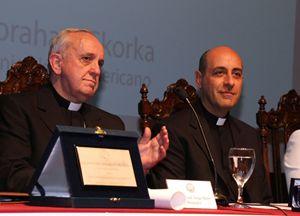 """Victor Manuel Fernández: """"Papa Francesco non ama i preti che vivono nel lusso"""""""