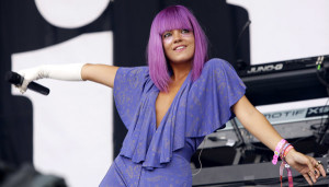 Lily Allen hot, mostra il seno ad un concerto [FOTO]