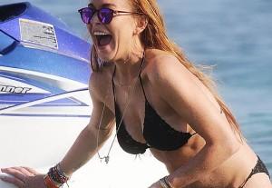 Lindsay Lohan: bikini in Grecia e intanto prepara l'autobiografia