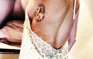 Miley Cyrus foto hot su Istagram con tatuaggio dedicato al cane Floyd