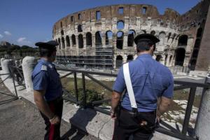 Voleva farsi un selfie col Colosseo: 18enne cade e batte la testa
