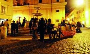 Ragazzi e ragazze nudi nella fontana del rione Monti a Roma (video)