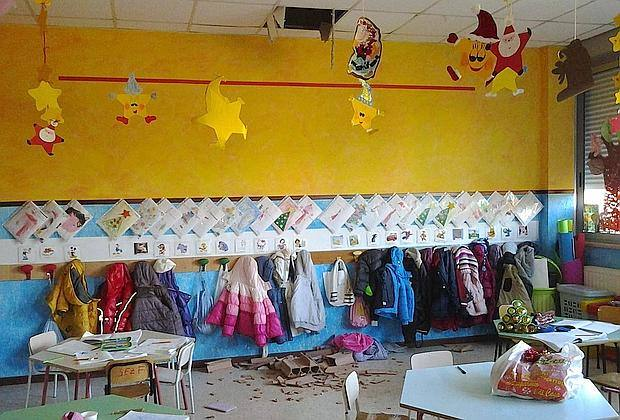 Crolla il soffitto in una scuola materna a Milano: sette bimbi feriti