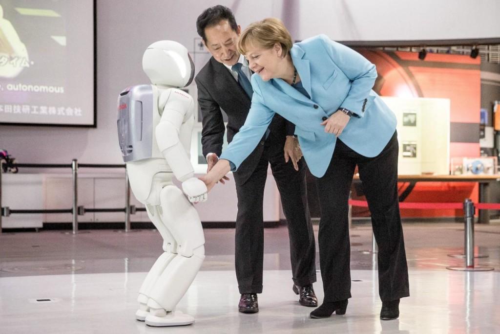 Giappone, il robot Asimo non stringe la mano alla Merkel