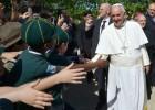"""Papa Francesco a Ostia: """"Pregate per me, sono un po' malato"""""""