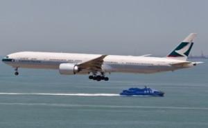 Panico per 276 passeggeri della Cathay Pacific, fumo a bordo [video]