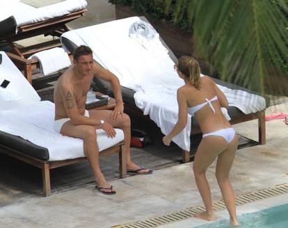 Ilary Blasi e Francesco Totti in vacanza insieme: «Lui mi stupisce ancora»