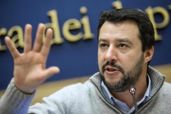 Migranti, Salvini all'arcivescovo di Torino: «Manterrete anche 5 italiani in difficoltà?»