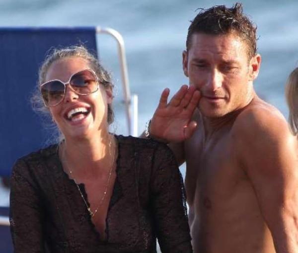 Ilary Blasi e Francesco Totti insieme in vacanza: «Lui mi stupisce ancora»