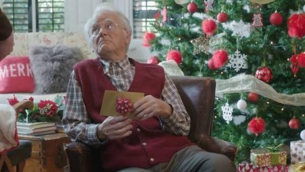 """""""Cosa regalare al nonno per Natale?"""" Il nuovo spiritoso e irriverente spot di Pornhub"""