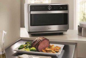 Fsa ed Eufic consigliano: ecco i 5 alimenti da non cuocere nel forno a microonde
