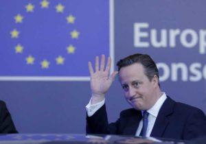 """Brexit, Gb fuori dall'Ue: passa il """"Leave"""" con il 51.9%. Cameron si dimette, panico sui mercati"""