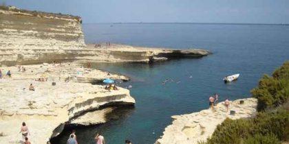 Malta, giovane turista italiano cade da scogliera nella baia di Mistra: ferito gravemente