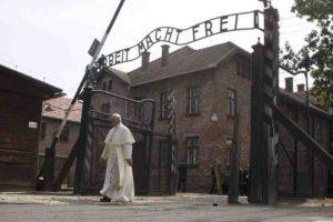Papa Francesco visita Auschwitz, da solo in silenzio sotto la scritta «Arbeit macht frei»