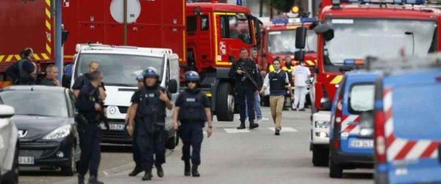 Francia, nuovo attacco terroristico: assalitori uccisi dopo l'assedio, sgozzato un prete