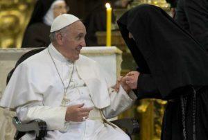 """Suore di clausura a Papa Francesco: """"Per noi molto pericoloso entrare in internet"""""""