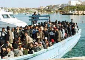 Lampedusa, bimbo nasce su un barcone