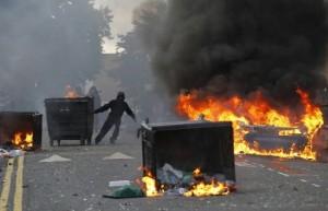 Rivolta Londra: muore il 26enne ferito ieri