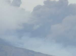 Etna, nuova emissione di lava e cenere nera