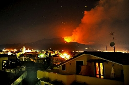 Etna: nuova eruzione causa la cancellazione di 8 voli