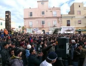 Lampedusa, immigrati incendiano centro d'accoglienza
