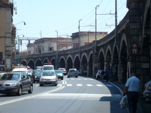 Catania, trovato un barbone morto sotto gli archi