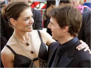 """Katie Holmes e Suri torturate da Tom Cruise nella """"casa degli orrori"""""""