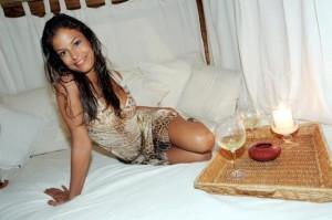 Sara Tommasi torna e promette un calendario sexy [foto]