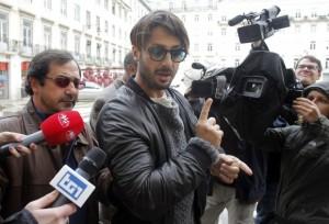 """Fabrizio Corona verso l'estradizione: """"Querelo chi si è permesso di dire che ho pianto!"""""""