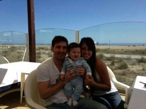Lionel Messi pubblica su Fb una foto del figlio Thiago con Antonella Roccuzzo