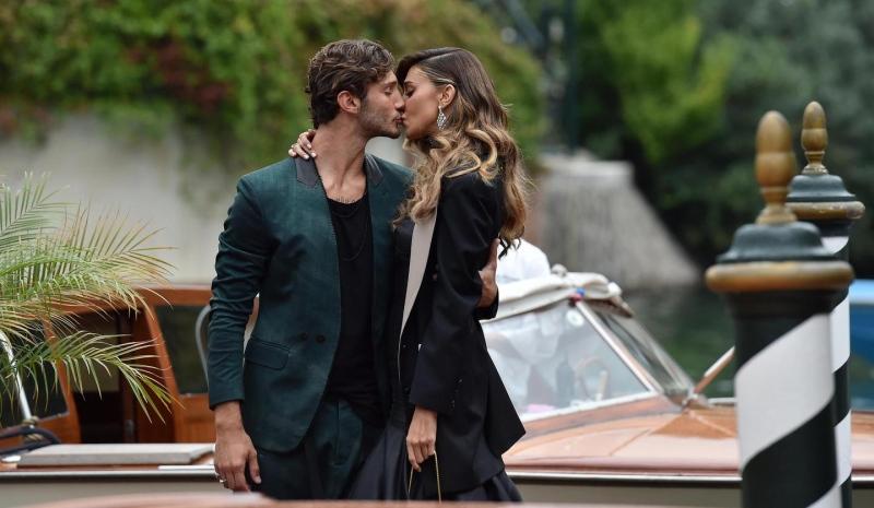 Belen Rodriguez e Stefano De Martino: bacio mozzafiato sul red carpet