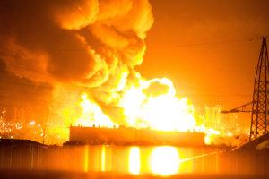 Raffineria di Milazzo in fiamme per tutta la notte, migliaia in fuga (foto: Ansa)
