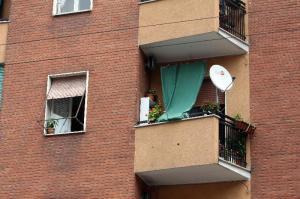 Milano: giù dall'ottavo piano, probabile omicidio - suicidio