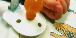 Rimini, papà lo scuote troppo: neonato ricoverato per emorragia celebrale