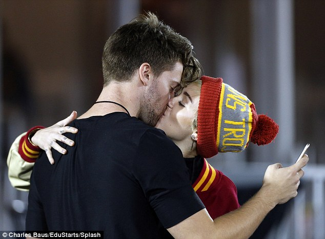 Miley Cyrus e Patrick Schwarzenegger, bacio appassionato (Foto)