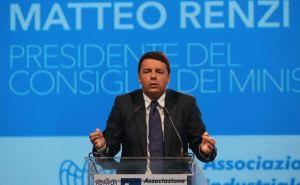 Renzi da Brescia conferma il Jobs Act, fuori scontri e lancio di uova