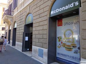 Eur: tenta di rapire bimba di tre anni al McDonald's, fuggito