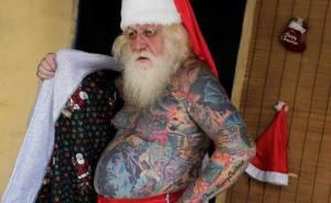 Vitor Martins, il Babbo Natale tatuato dalla testa ai piedi (video)