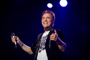 Roby Facchinetti cade dal palco di The Voice of Italy 3