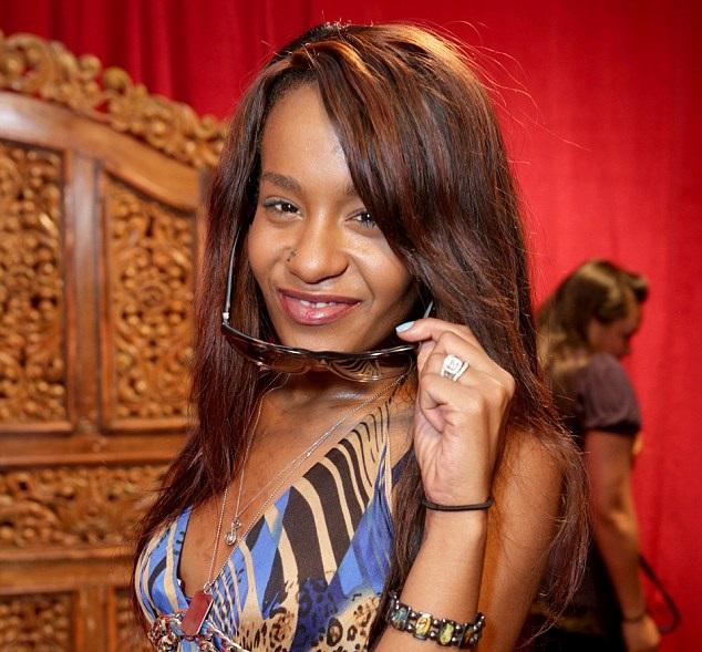 La figlia di Whitney Houston trovata priva di sensi, è in coma