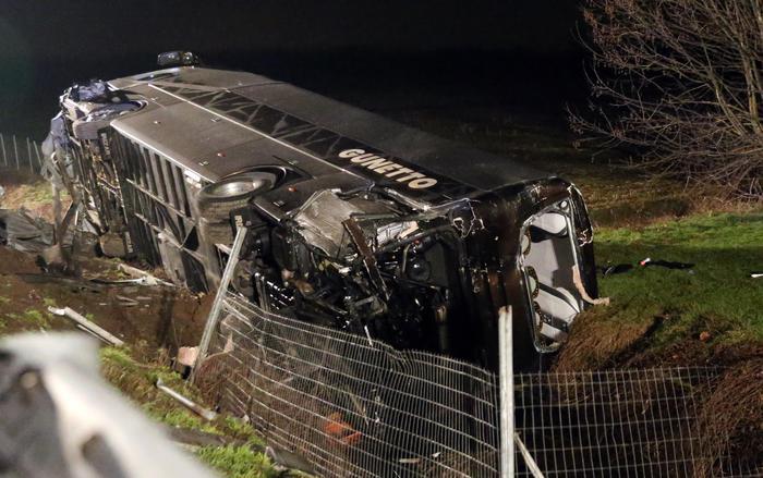 Cremona, A21: Camion contro un bus di studenti in gita, 40 feriti