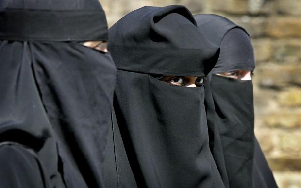 Vietato il velo islamico in classe per evitare razzismo