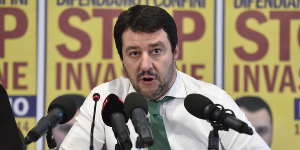 Salvini a Genova per presentare candidato, accolto con uova e fumogeni