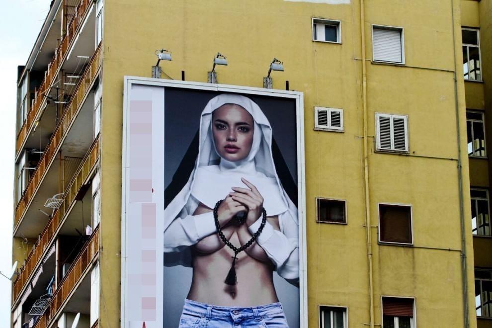 Suora sexy a Napoli, polemiche per il cartellone pubblicitario